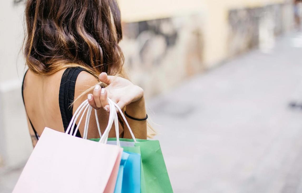 dívka a nákupy
