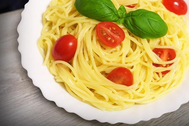 špagety, rajčata, bazalka