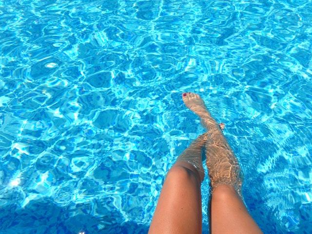 nohy ženy v bazénu
