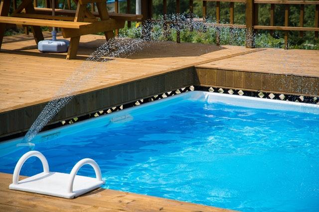 bazén s dřevěným obložením